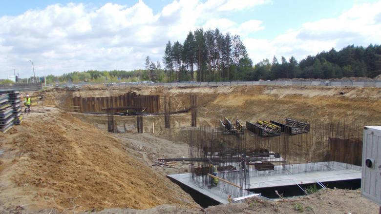 Jak informuje Generalna Dyrekcja Dróg Krajowych i Autostrad prace trwają na pięciu odcinkach, a budowa szóstego jest już w przygotowaniu.