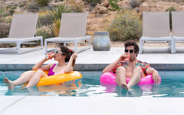 Palm SpringsBeztroski Nyles (Andy Samberg) i zadeklarowana singielka Sarah (Cristin Milioti) poznają się na weselu w Palm Springs. Sztywna impreza niespodziewanie