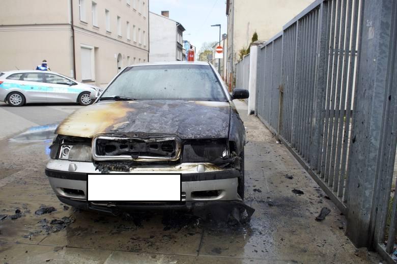 Dzisiaj po południu (26.04) , na ul. Długiej, zapalił się samochód osobowy Skoda. Na szczęście bardzo szybka interwencja straży pożarnej, nie pozwoliła