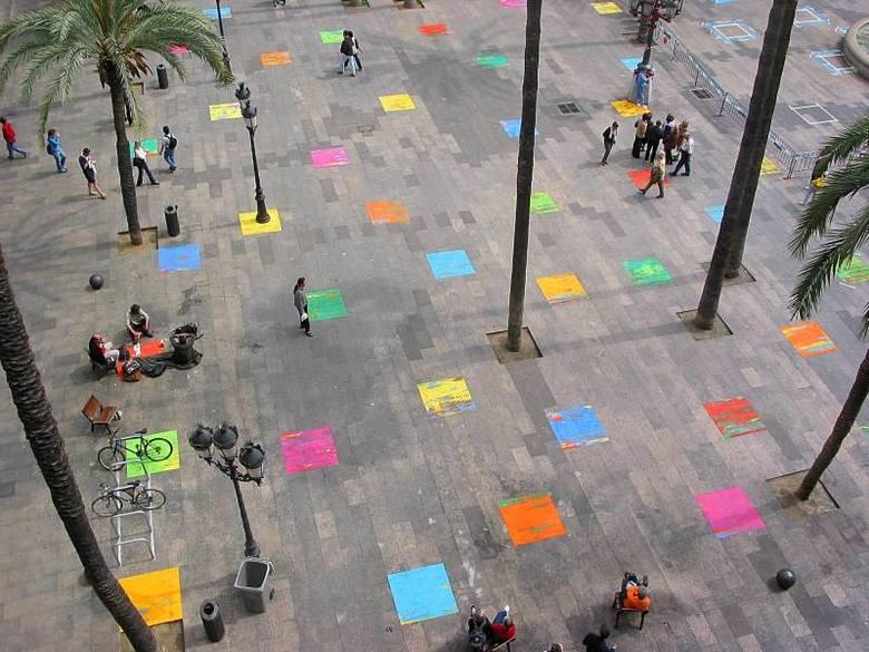 """""""Ingerencja artystyczna"""" Leona Tarasewicza na Plaza Real w centrum Barcelony w 2002 roku. Artysta zapełnił wówczas kamienne płyty placu mozaiką jaskrawych"""