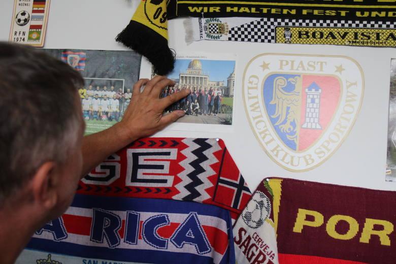 Pamiątkowe zdjęcia Piasta w pokoju kierownika obiektu.