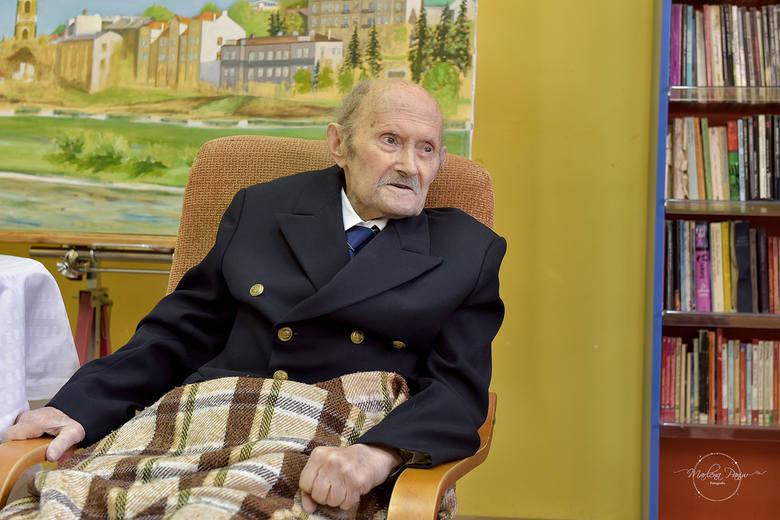 """Kpt. Henryk Jaskuła był pierwszym Polakiem i trzecim żeglarzem na świecie, który samotnie opłynął Ziemię. Rejs jachtem """"Dar Przemyśla"""""""