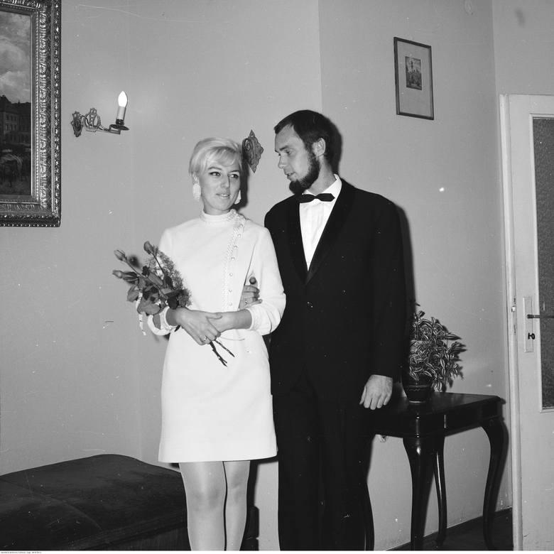 1968Ozdoby znikają na rzecz eleganckich guzików, welon zaś ustępuje miejsca toczkom i fascynatorom.