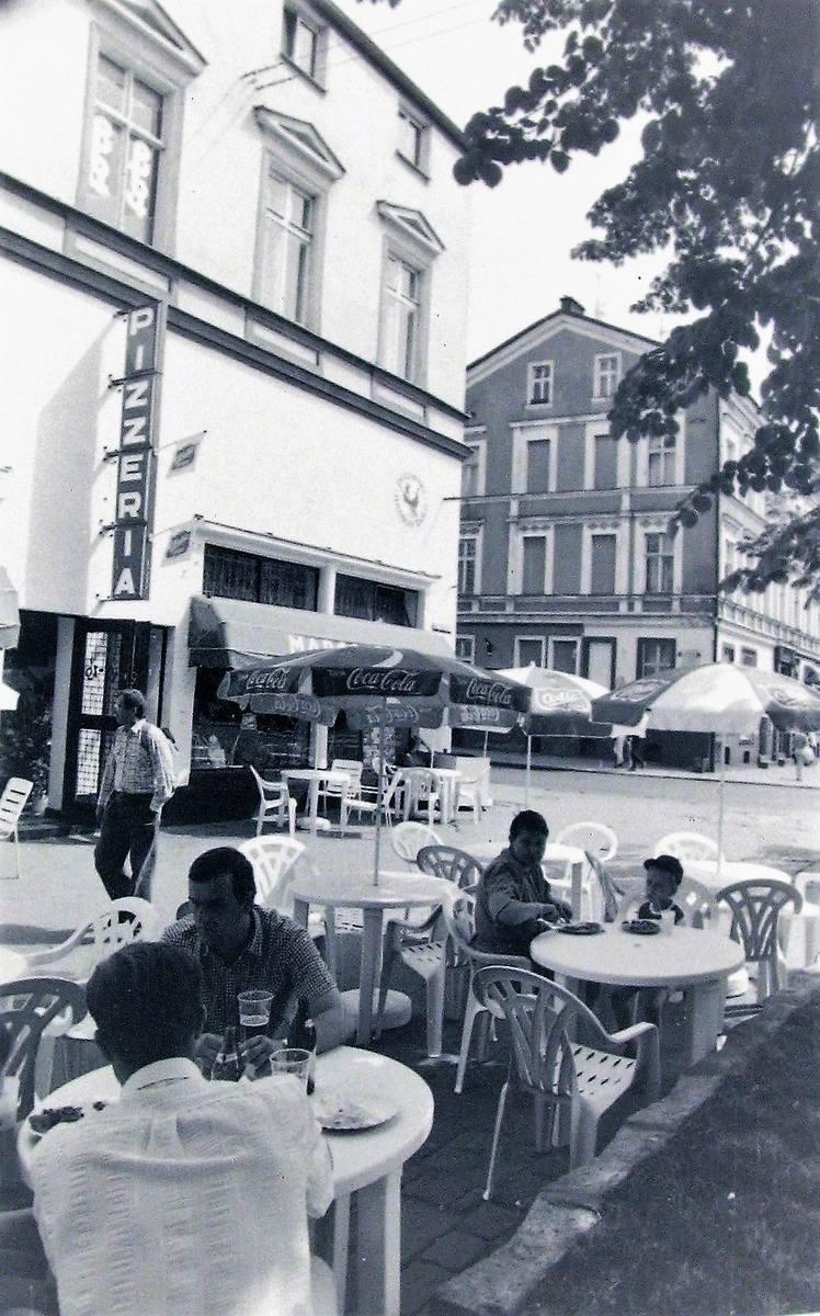 Ogródek gastronomiczny na rogu al. Wojska Polskiego i ul. 22 Lipca (obecnie Wileńskiej) w maju 1992 roku