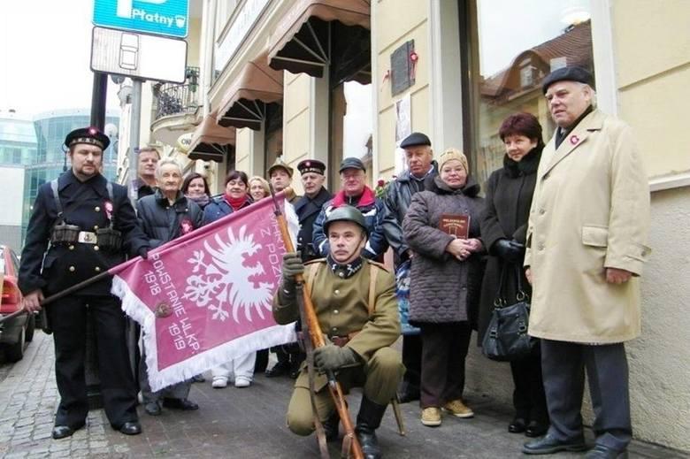 Spotkanie upamiętniające marynarzy bosmana Białoszyńskiego przy kawiarni przy ul. Wrocławskiej. Jacek Krzyżański stoi za znakiem drogowym, drugi od lewej.