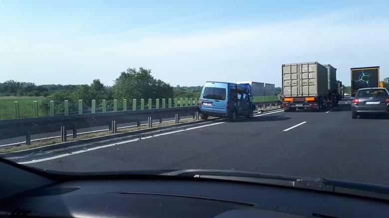 Do wypadku doszło w piątek, 14 czerwca, na S3 na odcinku Zielona Góra-Sulechów. Jeden pas ruchu jest zablokowany. Stworzył się korek.Zdarzenie miało