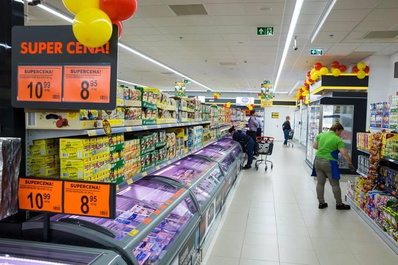 Przypomnijmy, że od marca 2018 r. osoby rozpoczynające pracę w Biedronce na stanowisku sprzedawcy - kasjera zatrudnieni na pełen etat mogą zarobić co
