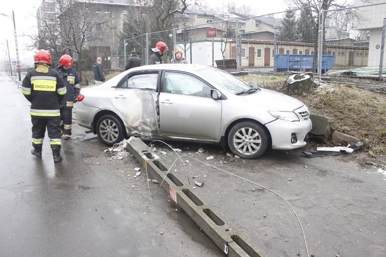 Wypadek na Wróblewskiego. Kierująca toyotą uderzyła w latarnię [ZDJĘCIA]