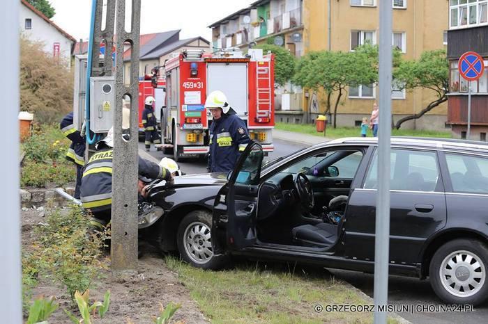 W Chojnie samochód audi wpadł w poślizg i uderzył w słup energetyczny. Do zdarzenia doszło na ulicy Jagiełły w Chojnie. jak podał portal Chojna24.pl