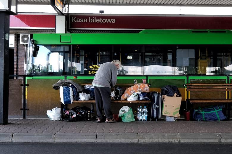 Bezdomni zamieszkali na dworcu kilka tygodni temuZobacz kolejne zdjęcie --->