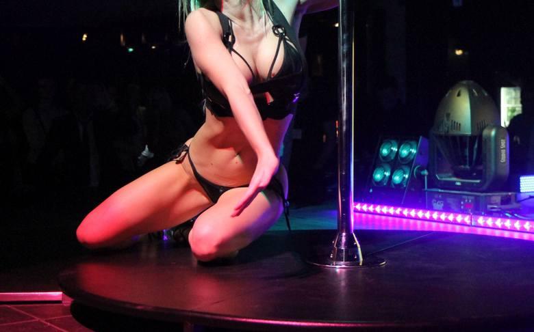 """Strip Club przy ul. Szerokiej obiecuje kelnerkom nawet 8 tys. zł miesięcznie, a hostessom, które podobno mają robić tylko """"sztuczny tłum"""""""