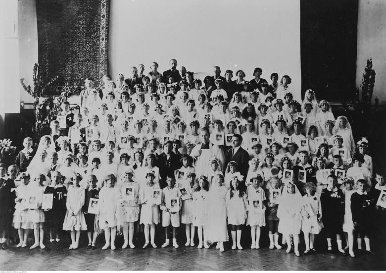 <strong>1933 rok</strong><br /> <br /> W modzie lat 30. dominowały nakrycia głów - w przypadku dziewczynek przystępujących do komunii przybierających postać wianków z naturalnych kwiatów i wspominanych wcześniej welonów.
