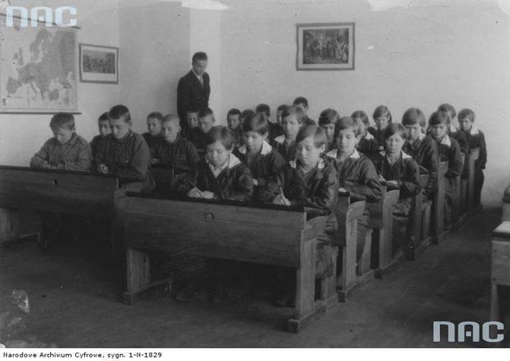 Uczniowie szkoły powszechnej w Zamoroczu.