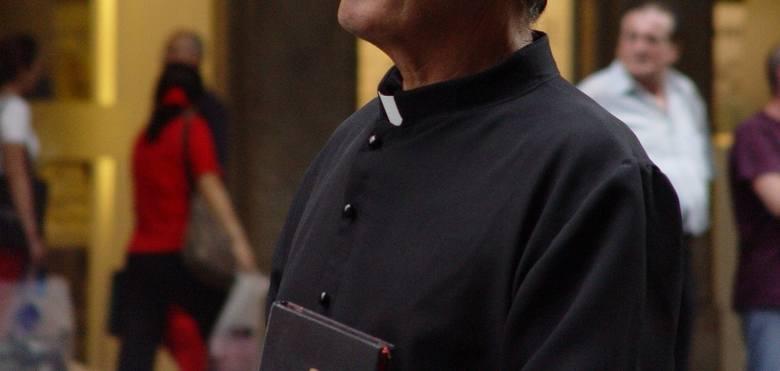 Biskup Andrzej Czaja, ordynariusz Diecezji Opolskiej, wręczył kilkudziesięciu księżom dekrety powołujące bądź odwołujące ich z poszczególnych parafii.