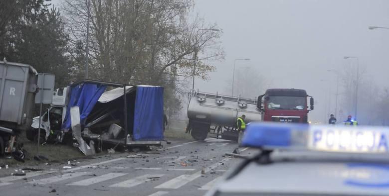 Wypadek na krajowej 10 w Lipnie. Ok. 4 nad ranem zderzyły się z sobą trzy samochody ciężarowe. Kierowca został przewieziony do szpitala, w którym zmarł.