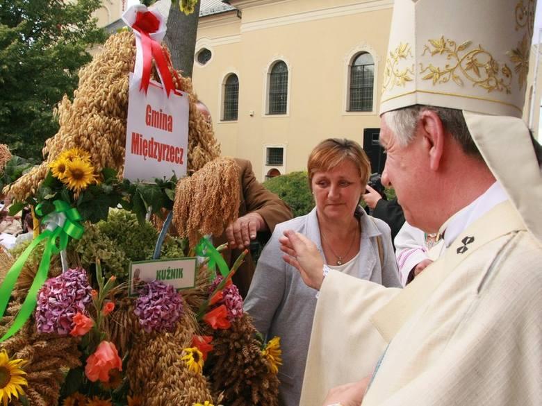 Biskupi przyjęli od rolników wieńce. Jeden z nich przywieźli mieszkańcy wsi Kuźnik koło Międzyrzecza.