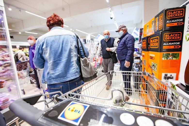 Zarobki w dyskontach są coraz bardziej atrakcyjne. Ile zarabiają pracownicy Lidla - jednego z najpopularniejszych sklepów w Polsce? Sprawdziliśmy.Poznaj