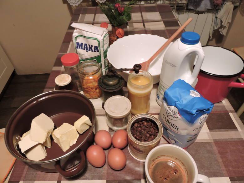 Produkty (na zdjęciu jest zmniejszona porcja): 6 jaj, 1,5 kg mąki, więcej niż pół małego słoika miodu, szklanka cukru, łyżka amoniaku, kilka łyżek mleka,