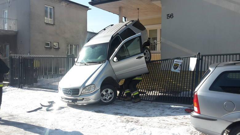 Do nietypowego zdarzenia doszło 5 marca około godziny 9.00. Strażacy z Białegostoku otrzymali zgłoszenie o pojeździe, który wjechał w ogrodzenie jednej