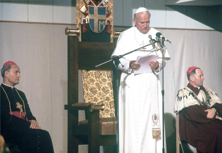 Na dziedzińcu KUL Jan Paweł II spotkał się ze studentami, pracownikami uczelni i ich rodzinami. Ludzie czekali na papieża od wczesnego ranka