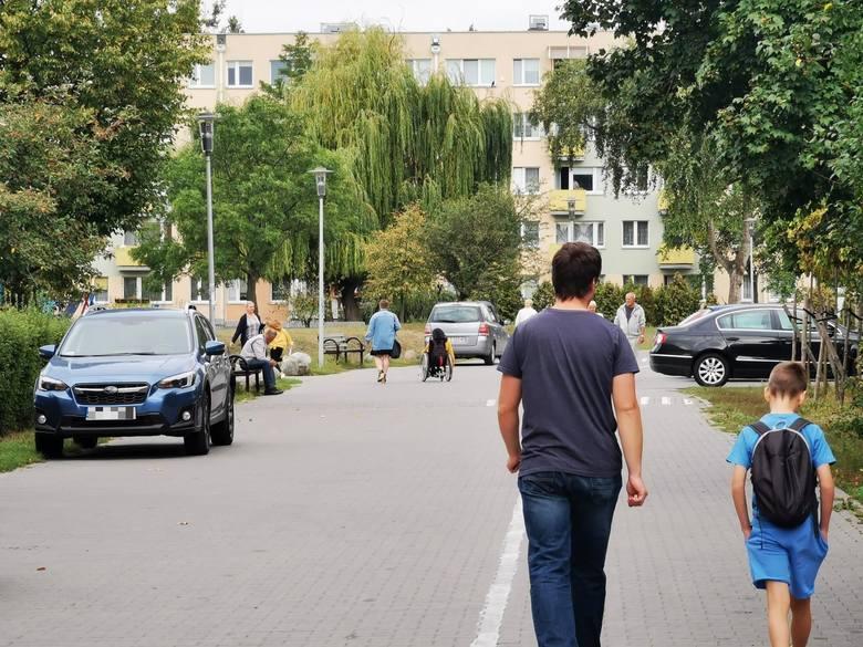 Niebezpiecznie na deptaku przy Szkole Podstawowej numer 8 w Toruniu. Kierowcy nagminnie łamią zakaz i wjeżdżają autami pod bramkę szkoły, przeganiając