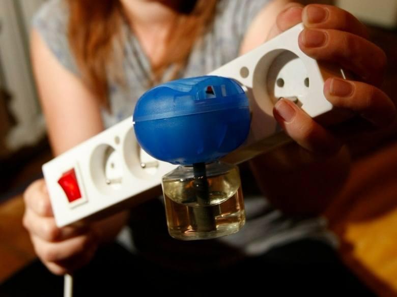 Sposoby na komary są różne. Jedną ze skuteczniejszych metod są urządzenia przeciwko komarom podłączane do gniazdka elektrycznego/zdjęcie ilustracyjn