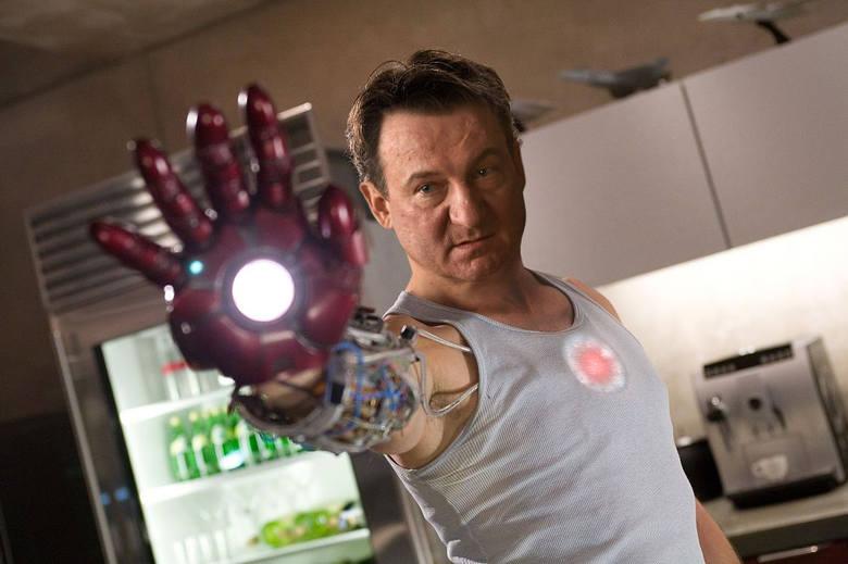 Iron Man - Robert WięckiewiczTony Stark, przemysłowiec i inżynier, buduje bojowy egzoszkielet i staje się korzystającym z tego pancerza superbohaterem