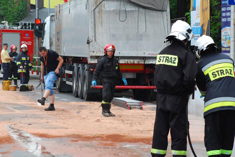 """Wypadek w Jarocinie: Odpady rybne na krajowej """"11"""""""