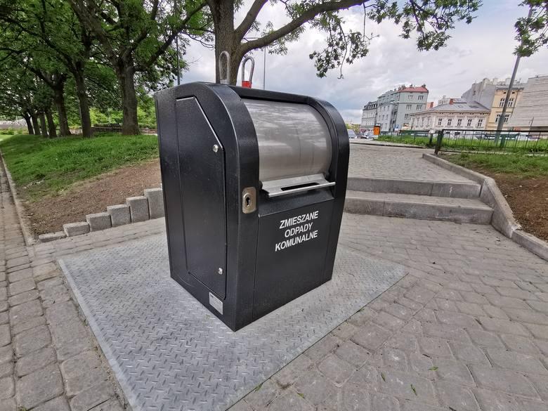 Na Placu Rybim w Przemyślu zamontowano pierwszy w mieście podziemny pojemnik na odpady. - Pojemnik został zakupiony w ramach budżetu obywatelskiego na