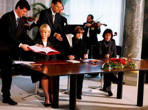 Podpisanie Umowy ramowej; minister rozwoju regionalnego Elżbieta Bieńkowska, prezydent Konfederacji Szwajcarskiej Micheline Calmy-Rey, Doris Leuthard,