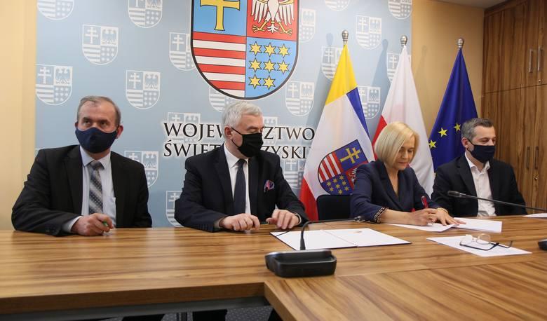 """W zawarciu umowy na dofinansowanie projektu """"antywirusowego"""" przygotowanego przez Starostwo Powiatowe w Kazimierzy Wielkiej  uczestniczyli , od lewej:"""