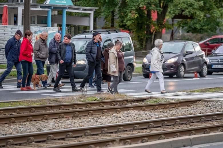 Według projektu zmian w prawie o ruchu drogowym, pieszy ma mieć pierwszeństwo wtedy, gdy wchodzi na przejście dla pieszych lub już na nim jest