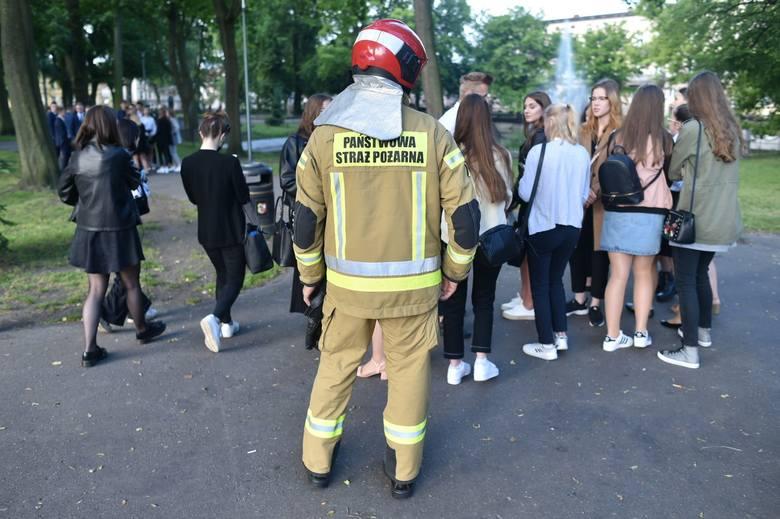 Alarm bombowy w III LO w Lesznie. Ze szkoły ewakuowano wszystkich pracowników, którzy byli już w salach i czekali na uczniów. Maturzyści byli zdezorientowani.Przejdź