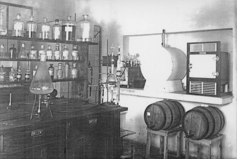 Aparatura laboratoryjna i beczułki z próbkami miodu pitnego z laboratorium przy ul. Radziwiłłowskiej 5 w Lublinie. W tym miejscu badane były m.in. choroby pszczół.