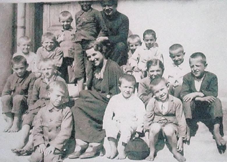 Dzieci uwielbiały nauczycielkę Lisównę. Do księdza Macieja Sieńki też miały wielki szacunek.