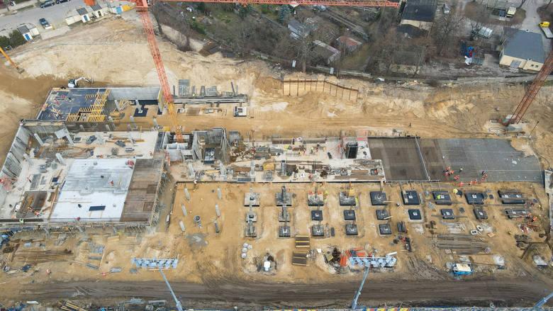 Najważniejsze prace już od kilku tygodni toczą się nad trybuną północną nowego obiektu Pogoni Szczecin. Trwa także porządkowanie i wyrównywanie terenu