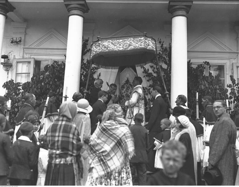 Modlnica, 1932. Procesja Bożego Ciała - odczytywanie fragmentu Ewangelii przy jednym z ołtarzy.
