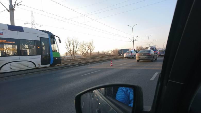 Utrudnienia na Gdańskiej w Szczecinie. Samochód wylądował na torach