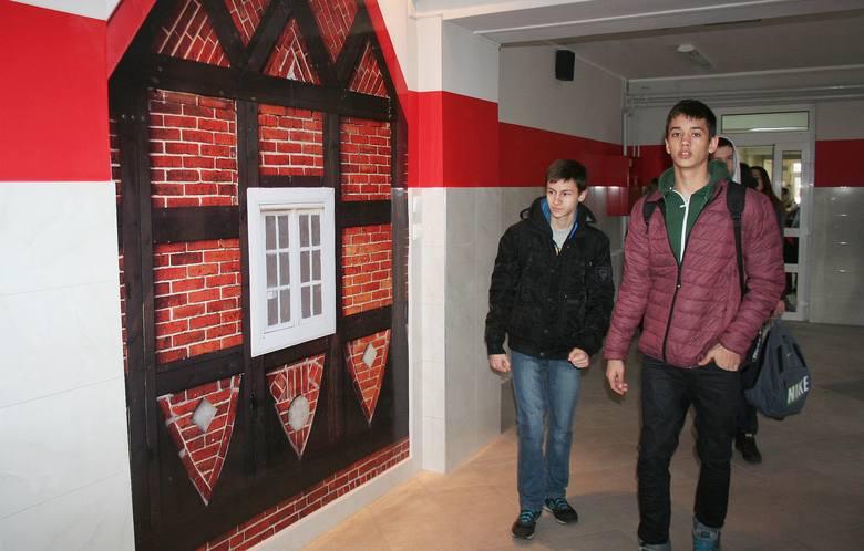 Gimnazjum w Michale zmieniło się nie do poznania. A to za sprawą remontu w nowatorskim jak na szkołę stylu, ponieważ ściany zdobią fototapety. Co istotne, powstały one na bazie zdjęć menonickich chat rozsianych po gminie Dragacz, w której leży Michale.<br />