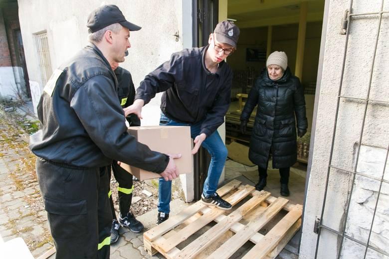 W rozładunku żywności, która dotarła do Krzeszowic pomagali strażacy z OSP Żbik