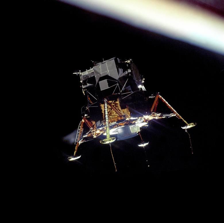 """""""Orzeł"""" - księżycowy moduł Apollo 11 w konfiguracji do lądowania został sfotografowany na orbicie Księżyca z modułu dowodzenia Kolumbia."""