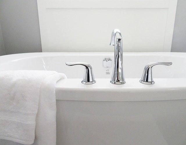 1.Wodę z wanny wykorzystaj do mycia podłógJeśli koniecznie musisz wziąć kąpiel wodę z wanny po kąpieli można użyć do umycia podłóg.