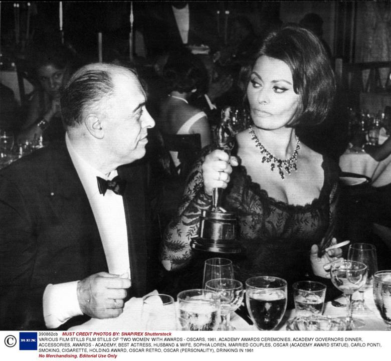 """Sofia Loren z mężem Carlo Pontim na 34. ceremonii wręczenia Oscarów.W 1962 r. otrzymała statuetkę dla najlepszej aktorki za rolę w filmie """"Matka"""