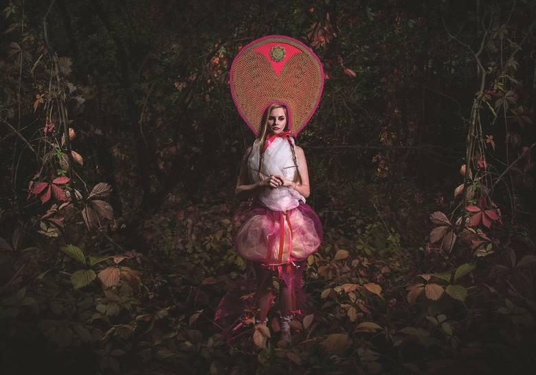 """- Fotografie to moje dorastanie przedstawione w dość zaczarowany sposób – artystka opowiada o wystawie zdjęć """"Adventures in Wonderland"""". Na szesnastu"""
