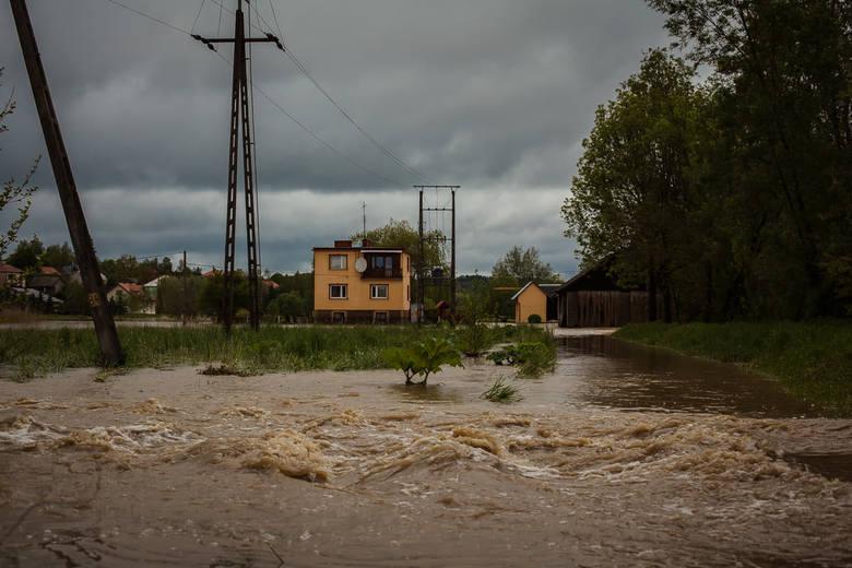 Otrzymaliśmy kolejne zdjęcia z sytuacji powodziowej w województwie podkarpackim. Nasz Internauta wykonał je w Ropczycach i Łączkach Kucharskich.