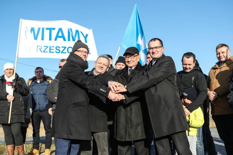 Bzianka oficjalnie stanie się częścią Rzeszowa o północy. W tej miejscowości mieszka około 600 osób. To mieszkańcy wsi w referendum zdecydowali, że chcą mieszkać w mieście.<br /> <br /> <iframe...