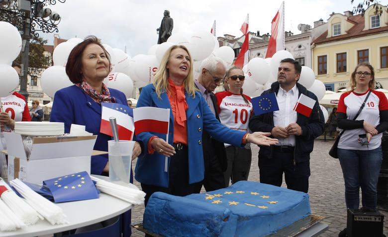 Na Rynku w Rzeszowie Elżbieta Łukacijewska - poseł do Parlamentu Europejskiego - częstowała mieszkańców urodzinowym tortem. W ten sposób uczciła 15.