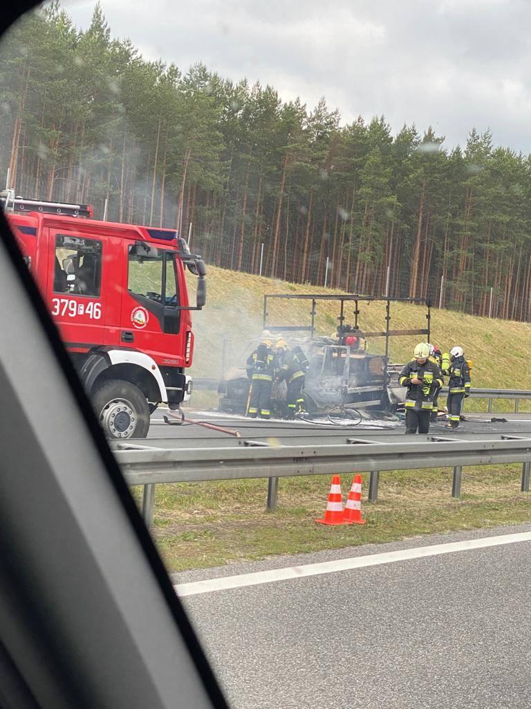 Do pożaru busa na trasie S3 doszło w czwartek, 11 czerwca chwilę przed godziną 13.00. Zdjęcia z miejsca zdarzenie przesłał nam Czytelnik.
