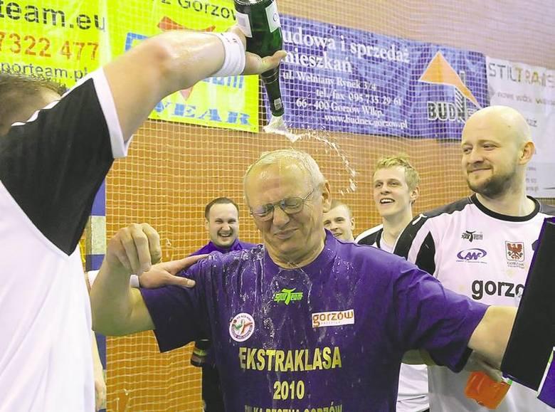 Trener akademików Michał Kaniowski nie miał szans uniknięcia po meczu kąpieli w szampanie. Zawodnicy podziękowali mu za 18 ligowych zwycięstw i powrót