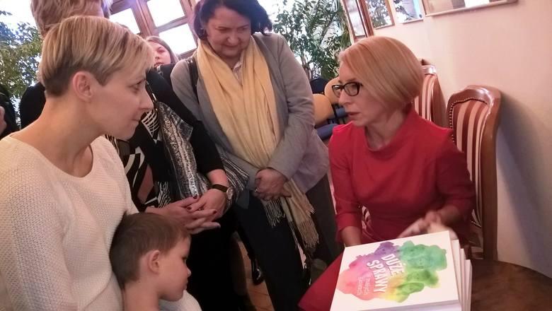 Na spotkanie z Agnieszką Kossowską w WBP przyszło kilkadziesiąt osób, każda miała okazję porozmawiać z autorką oraz otrzymać bezpłatny egzemplarz książki
